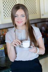 hübsche junge frau trinkt kaffee