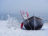 Fototapety Ein Fischerboot auf der Insel Usedom im Winter.