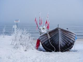 Ein Fischerboot auf der Insel Usedom im Winter.