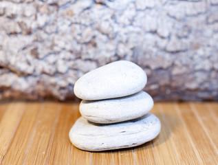 galets blancs zen en équilibre dans le sable