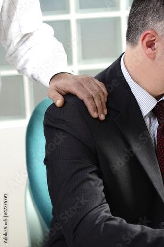 mano sulla spalla