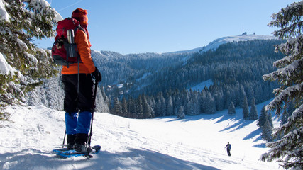 Schneeschuhwanderin am Hüttenwasen, beim Aufstieg zum Feldberg