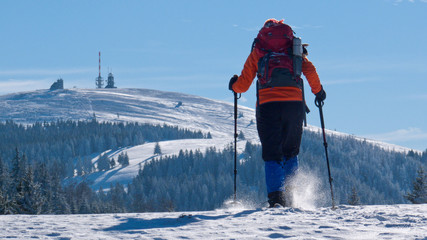 Schneeschuhwanderin beim Aufstieg zum Feldberggipfel