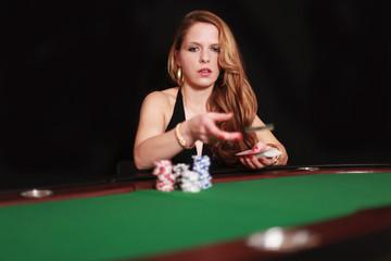 Hübsche Frau am Pokertisch