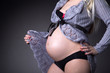 Babybauch modern, schwangere Frau zeigt Bauch