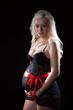 Babybauch verpackt. Schwangere Frau überrascht ihren Mann