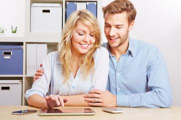 Paar mit Tablet Computer und Smartphones