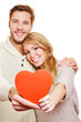 Paar hält rotes Herz