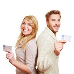 Junges Paar zeigt den Führerschein