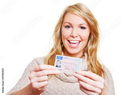 Junge Frau mit Fahrerlaubnis