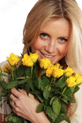 junge Frau mit gelben Rosen