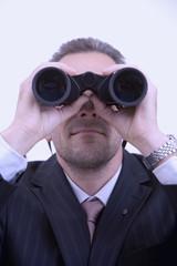 Mann mit Fernglas beobachtet