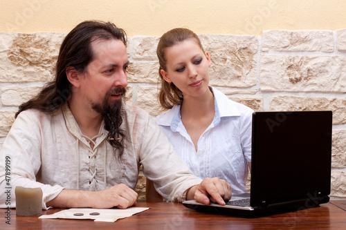 hübsche junge Frau unterrichtet Mann