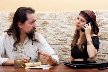 hübsche Frau nutzt Technologie Mann ist skeptisch