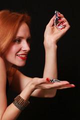 rothaarige Frau mit Pokerchips