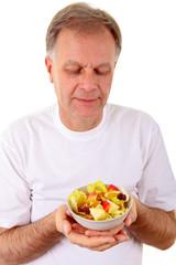 Mann mit Obstsalat