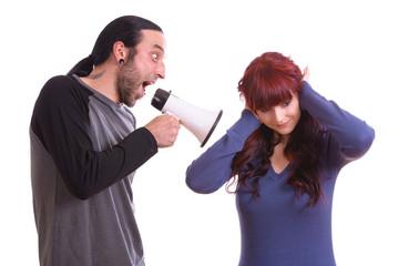 Mann mit Megaphon schreit Frau an
