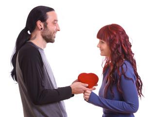 Mann schenkt Frau ein Herz