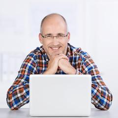 zufriedener mann am computer