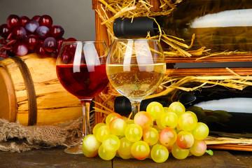 Drewniana skrzynka z butelkami wina
