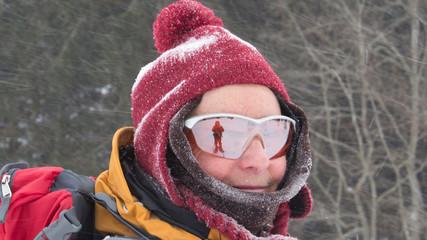 Schneeschuhwanderin auch bei großer Kälte gut gelaunt