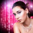 attraktive brünette junge Frau vor Partyhintergrund