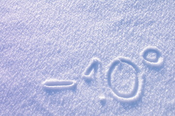Minus 10 stopni napis na śniegu