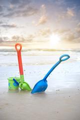 Schaufeln im Sand am Strand