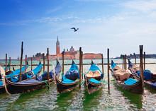 Italie. Venise. Gondoles dans le Canal Grande ..