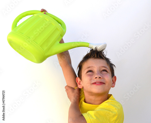Kind mit gießkanne