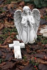 betender Engel auf Friedhof mit Kreuz Glaube/Kraft