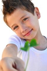 Kind mit Glücksklee