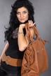 Junge modische Frau mit Handtasche
