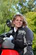 Blonde Frau mit Motorrad