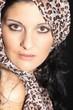 Junge Frau mit Kopftuch, close Up
