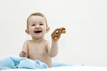Glückliches Kind mit Holzspielzeug