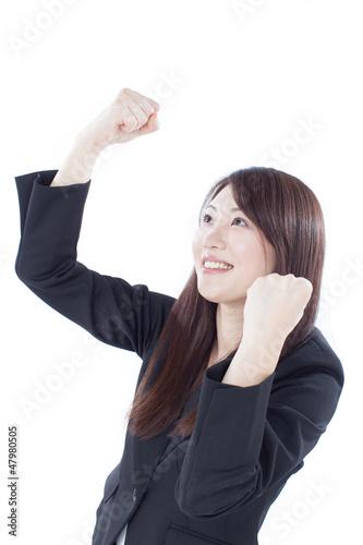ガッツポーズする女性
