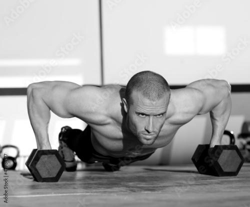 gym-mezczyzna-sily-pushup-pushup-z-dumbbell