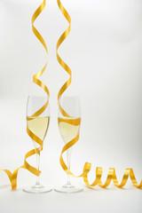 Dos copas de champán y cinta dorada
