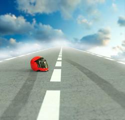 Casco de moto en la carretera