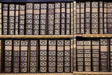 Alte Bücher in der Bibliothek von Stift Melk, Österreich.
