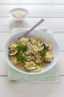 Teller mit glutenfreien Nudeln und Zucchini.