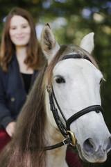 mädchen reitet auf  weißem pferd