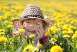 Kleines Mädchen in der Wiese