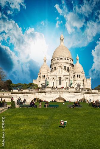 paryz-katedra-najswietszego-serca-z-pieknym-niebem-c