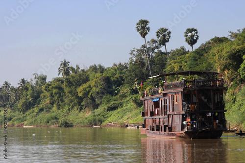 Vieux bateau de bois sur les rives du Mékong