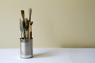 Artist theme: brushes and pallete knife in tin
