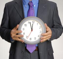 Ejecutivo sujetando un reloj.