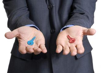 Manos de un ejecutivo sujetando dos llaves,concepto de negocios.