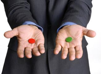 Manos de un ejecutivo sujetando dos cápsulas,concepto negocios.